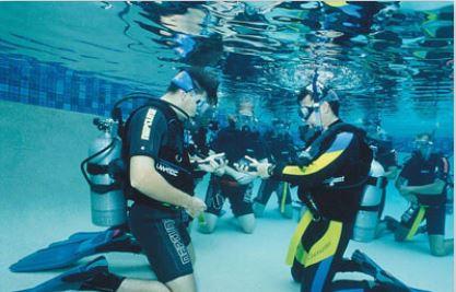 dykning i grupp i bassäng